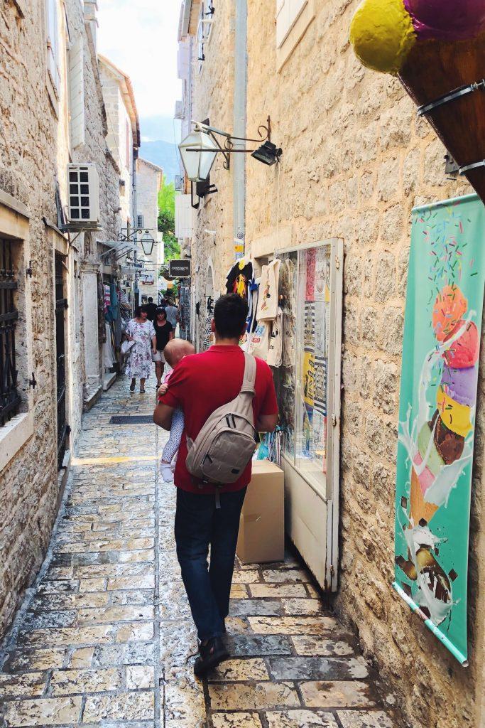 Miloš i Jasna šetaju Starim gradom u Budvi