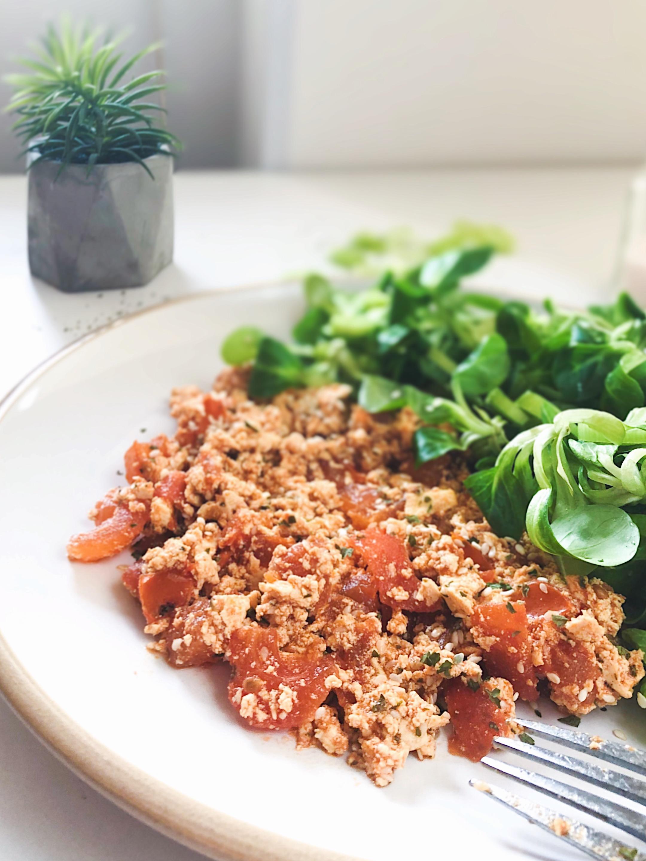 Kajgana od tofua sa salatom od lisnatog zeleniša